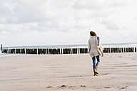Woman walking on the beach - KNSF02568