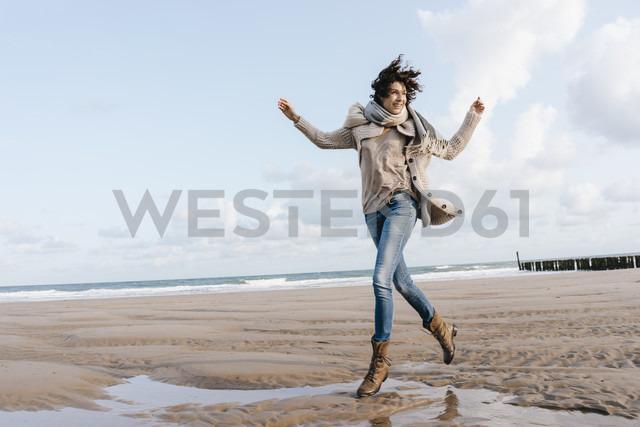 Happy woman running on the beach - KNSF02643 - Kniel Synnatzschke/Westend61
