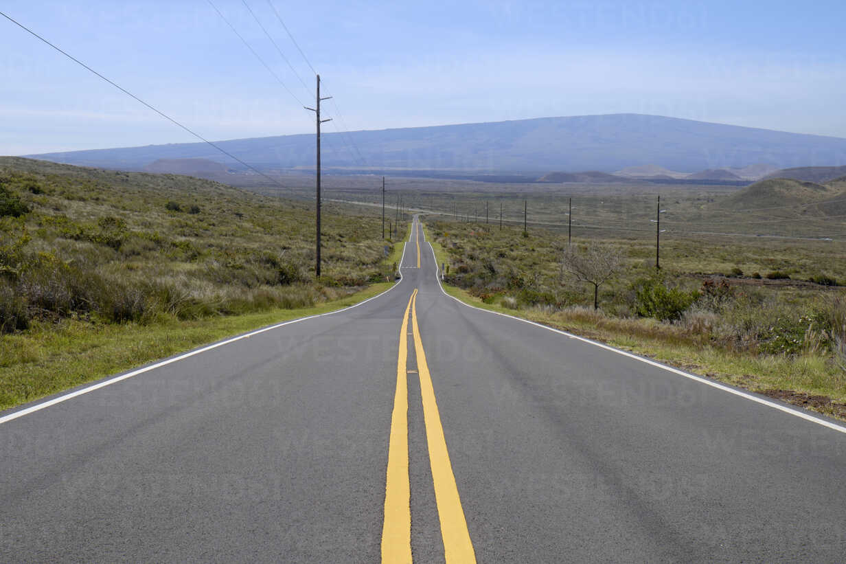 USA, Hawaii, Big Island, empty country road with yellow line - HLF01020 - Hartmut Loebermann/Westend61