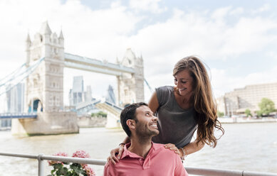 UK, London, happy couple with the Tower Bridge in the background - MGOF03627