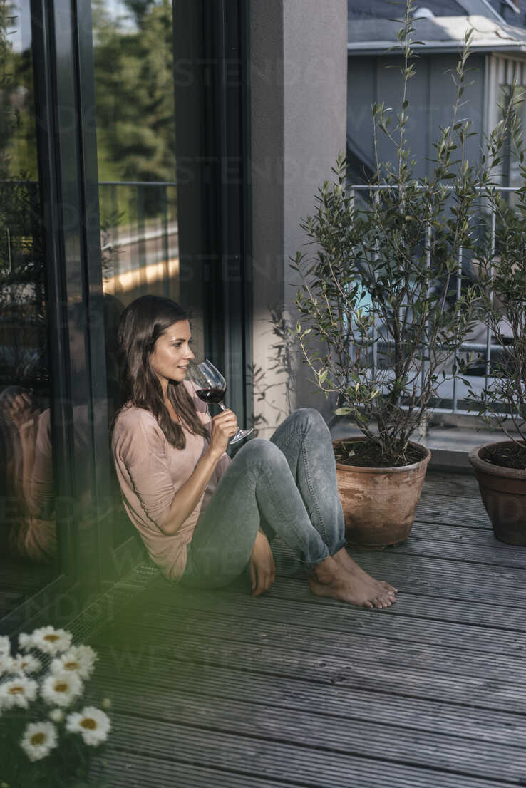 Woman with glass of red wine relaxing on balcony - JOSF01624 - Joseffson/Westend61