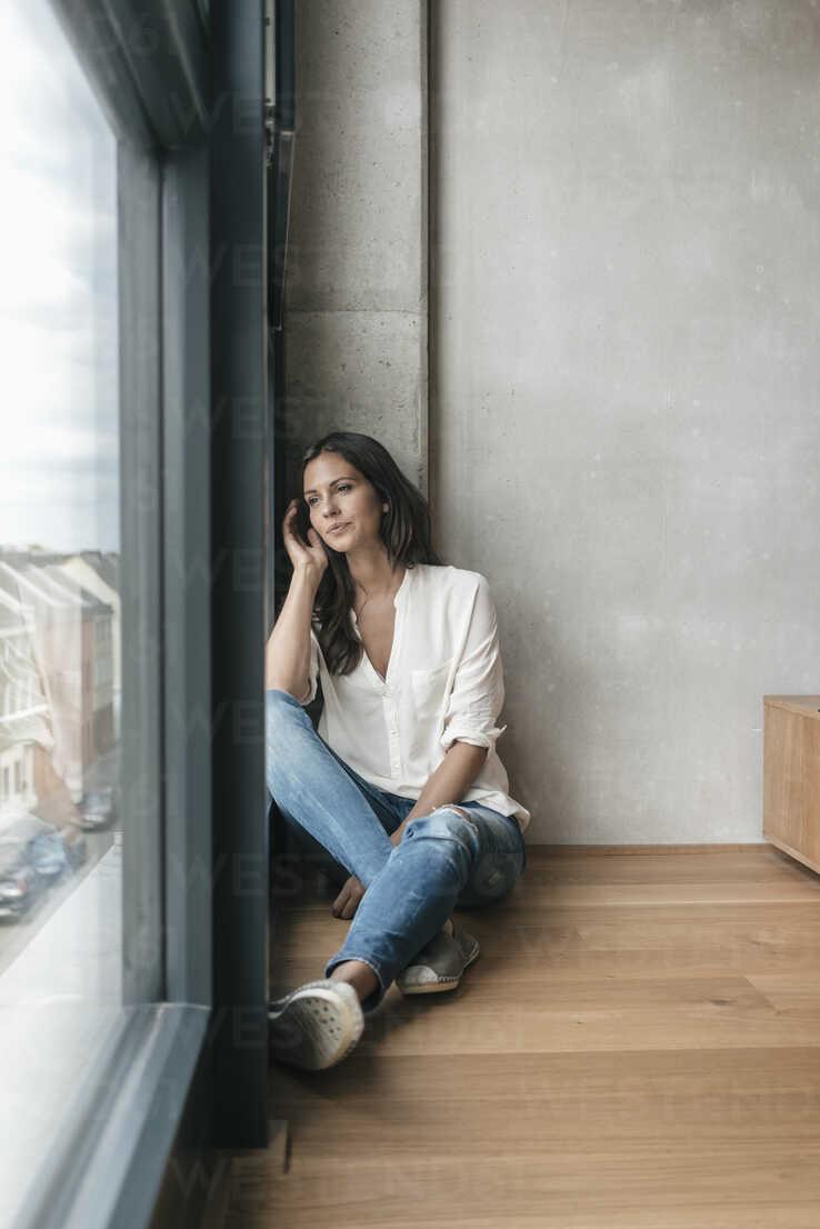 Woman sitting on the floor talking on cell phone - JOSF01654 - Joseffson/Westend61