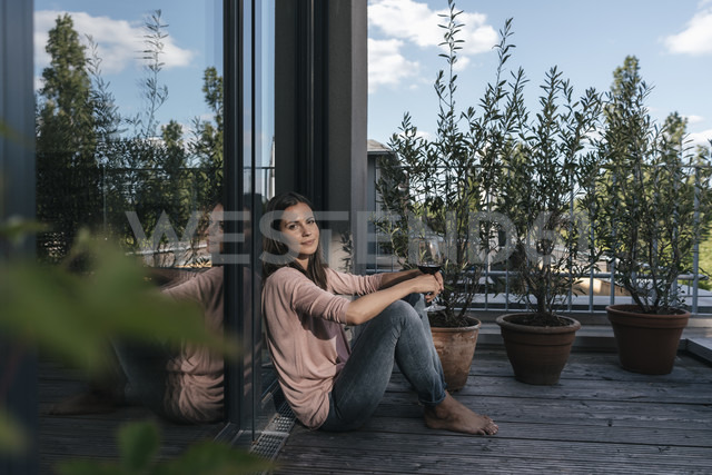 Woman with glass of red wine relaxing on balcony - JOSF01690 - Joseffson/Westend61