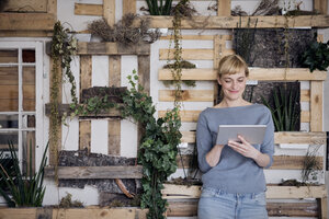 Smiling woman using tablet - RBF06010