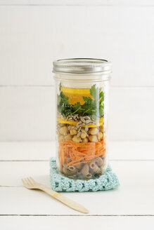 Jar of vegan mixed salad with whole-grain noodles, chickpeas and vegetables - ECF01886