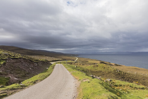UK, Scotland, lonely road at Loch Torridon - FOF09341
