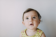 Surprised baby girl looking up on white background - GEMF01798