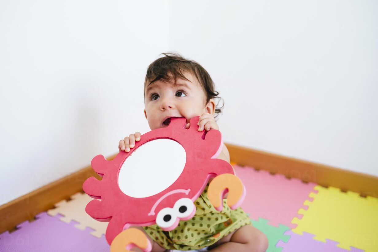 Cute baby girl biting a foam crab toy - GEMF01801 - Gemma Ferrando/Westend61