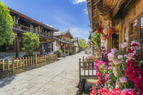 China, Yunnan, Lijiang, scenic alley in the old town - THAF02002