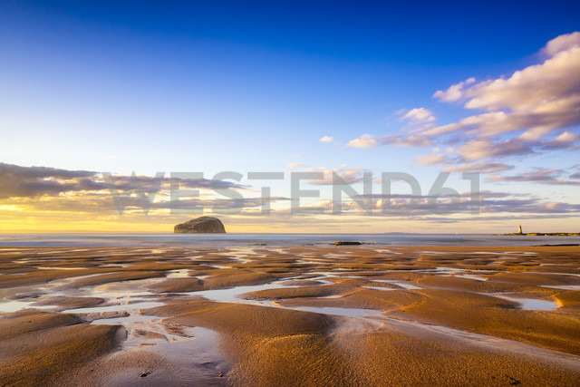 UK, Scotland, East Lothian, North Berwick, Firth of Forth, view of Bass Rock  and lighthouse - SMAF00823 - Scott Masterton/Westend61