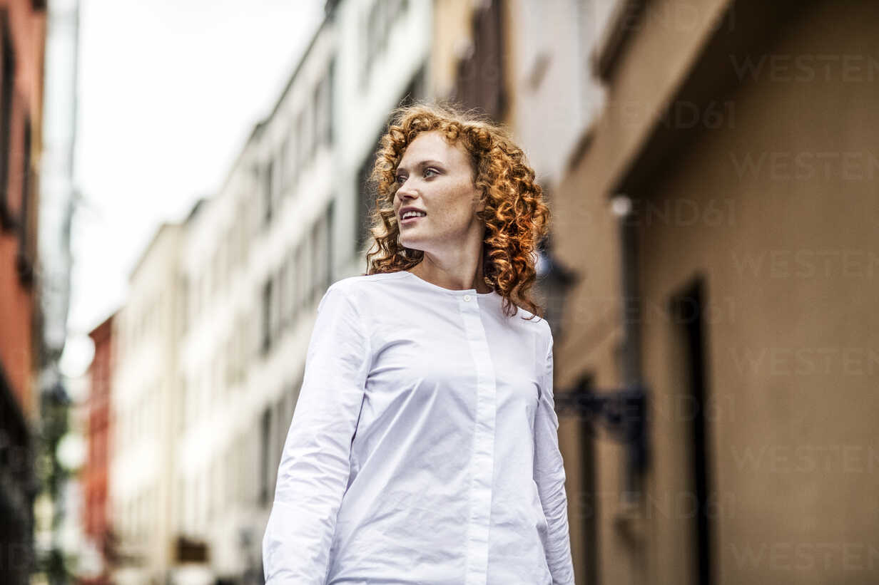 Portrait of redheaded young woman outdoors - FMKF04485 - Jo Kirchherr/Westend61