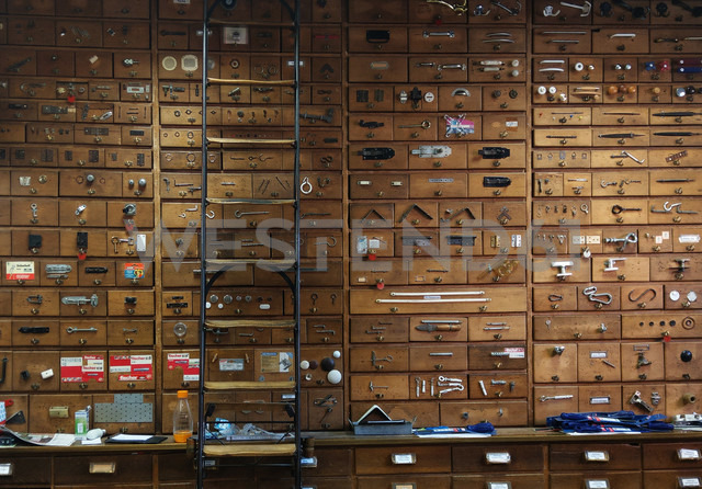 wall with wooden drawers, Berlin, Germany - NG00413 - Nadine Ginzel/Westend61