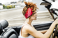 Redheaded woman in sports car - FMKF04505