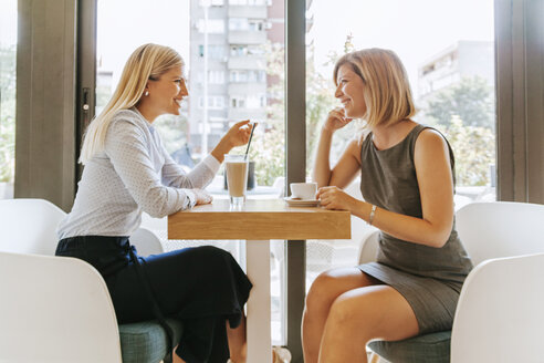 Two young women meeting in a cafe - ZEDF00844
