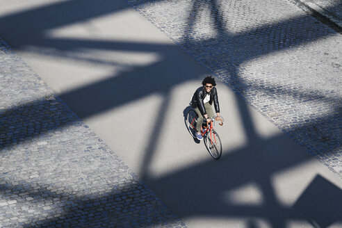 Elevated view of smiling man with sunglasses riding bicycle - SBOF00713