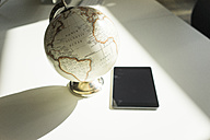 Old-fashioned globe and tablet on table - JOS01747