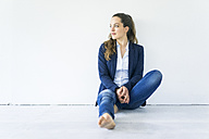 Businesswoman sitting on the floor - JOSF01759