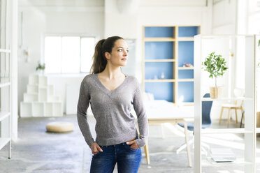 Woman standing in a loft - JOSF01789