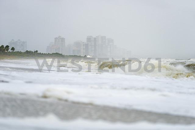 USA, Florida, Naples, Vanderbilt Beach, waves and spray after hurricane Harvey in front of hotel buildings - SHF01963 - Holger Spiering/Westend61