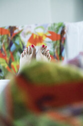Woman's feet in bed - CHPF00431