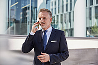 Portrait of businessman on the phone - SUF00281