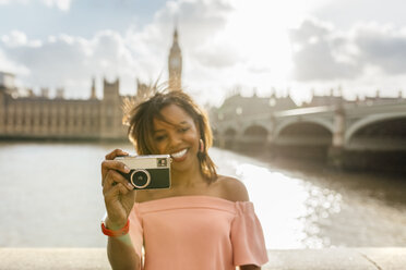 UK, London, beautiful woman taking a picture near Westminster Bridge - MGOF03642