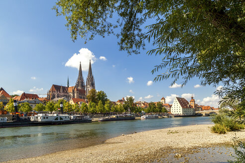 Germany, Regensburg, Vvew to the old town with Danube River in the foreground - PUF00731