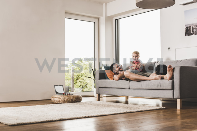 Father playing with his son at home - UUF11771 - Uwe Umstätter/Westend61