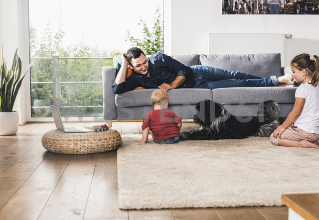 Father playing with his kids at home - UUF11774 - Uwe Umstätter/Westend61