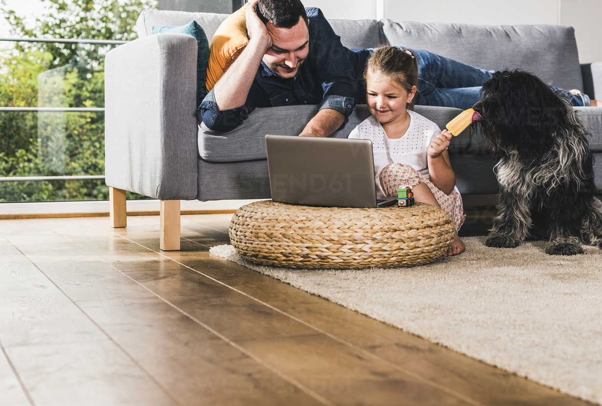 Father using laptop at home with his little daughter - UUF11777 - Uwe Umstätter/Westend61