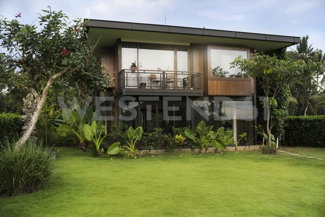Modern design house surrounded by lush tropical garden - SBOF00849 - Steve Brookland/Westend61