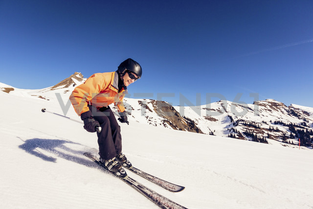 Austria, Damuels, woman skiing in winter landscape - PNPF00050 - Nullplus/Westend61