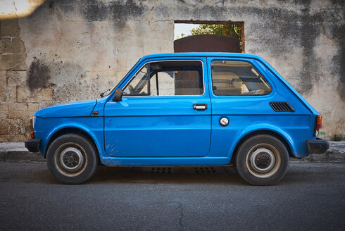 Italy, Apulia, old blue Fiat 500 parked at roadside - DIKF00293