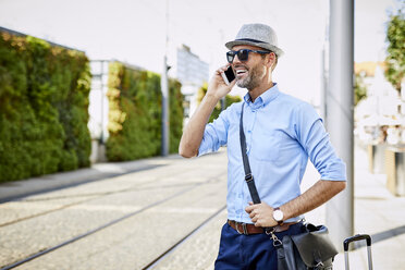 Traveler in the city on the phone - BSZF00026