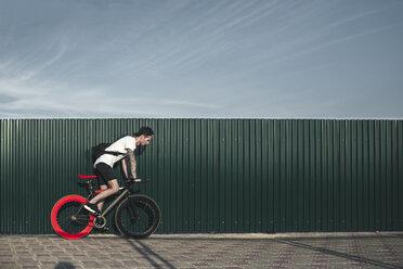 Young man riding fixie bike - VPIF00185