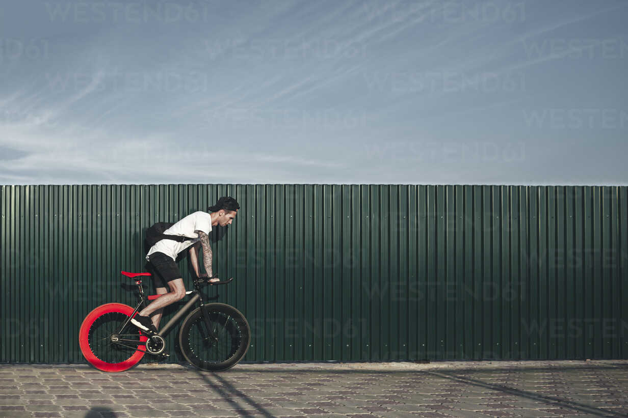 Young man riding fixie bike - VPIF00185 - Vasily Pindyurin/Westend61