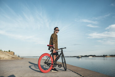 Young man with fixie bike at the waterfront - VPIF00188
