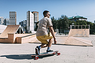Young man riding skateboard in skatepark - VPIF00218