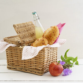 Picnic basket with cheese baguettes and fruit juice - ECF01930