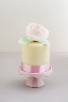 Mini fancy cake with fondant and peony made of edible paper - ECF01942