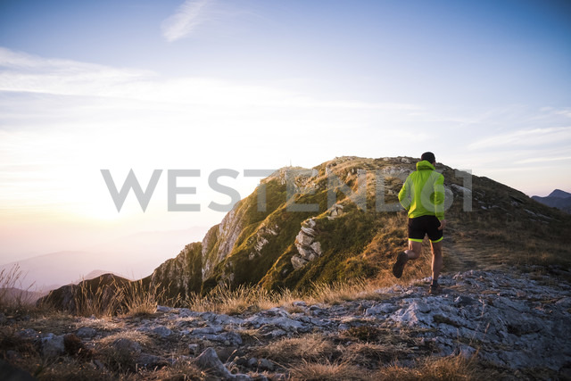 Italy, man running on mountain trail - SIPF01787 - Simona Pilolla/Westend61