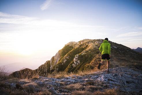 Italy, man running on mountain trail - SIPF01787
