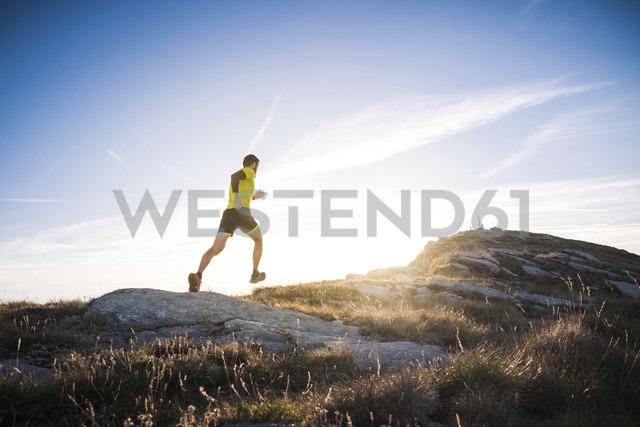 Italy, man running on mountain trail - SIPF01796 - Simona Pilolla/Westend61