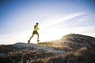 Italy, man running on mountain trail - SIPF01796