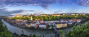 Germany, Bavaria, Burghausen, panoramic city view of old town and castle - YRF00163