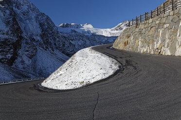 Austria, Tyrol, Oetztal, Soelden, Oetztal Glacier Road with view to Rettenbach glacier - GFF01038