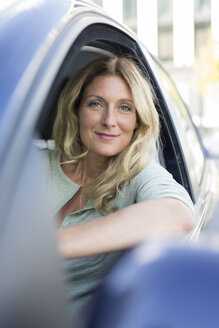 Portrait of smiling woman in car - PNEF00088
