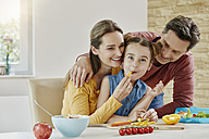 Happy family at home preparing healthy food - RORF01032