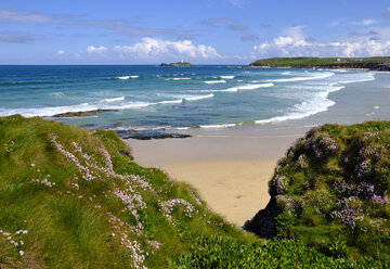 UK, England, Cornwall, Gwithian, beach and Godrevy Lighthouse in background - SIEF07558