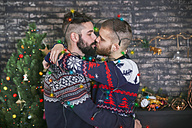 Kissing gay couple with chain of lights at Christmas time at home - RTBF01049